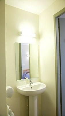 chambre simple salle de bains